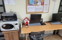회원들이 사용가능한 컴퓨터가 2대 및 전자레인지가 있습니다.