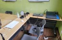 화상강의를 위한 음향믹싱과 컴퓨터, 태블릿등의 장비가 있습니다.
